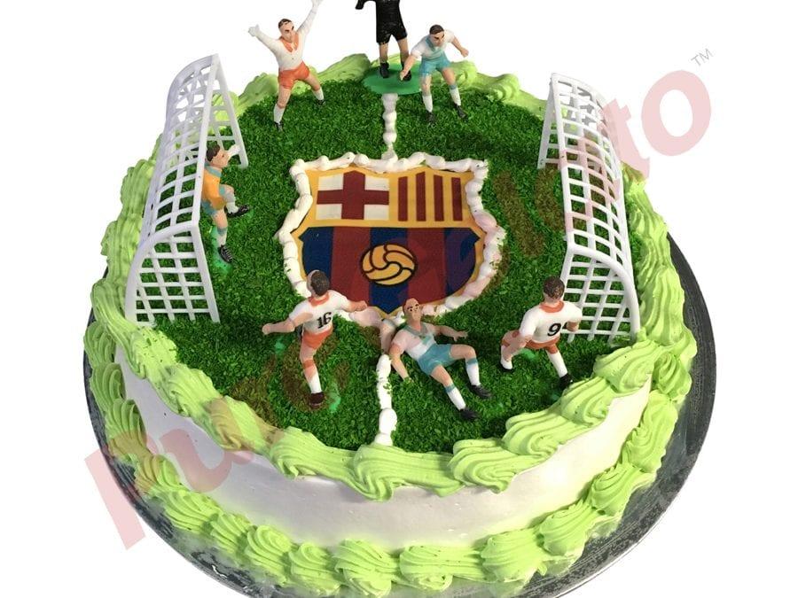 Sports-field-Cake-Full-Soccer-field+Barcelona-logo-smooth-Cream-green-piping
